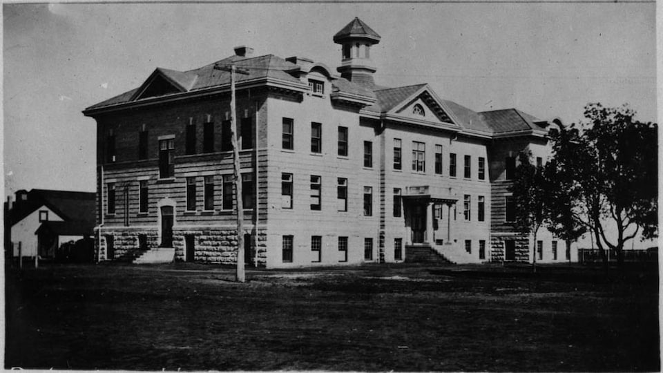 Photo du pensionnat autochtone de Portage la Prairie (Manitoba) vers 1914-1915.