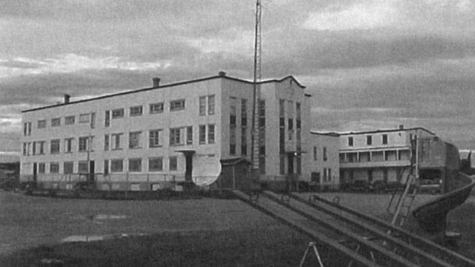 Un bâtiment photographié en noir et blanc