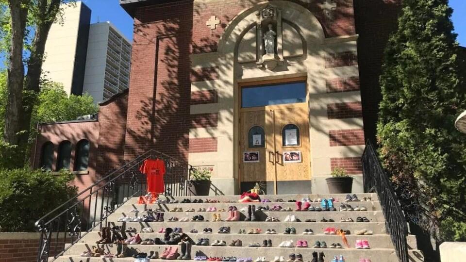 Des chaussures sur les marches d'une église.