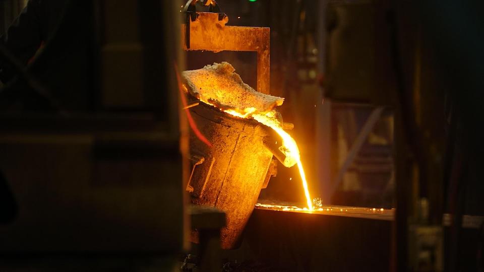 Une coulée de métal en fusion.