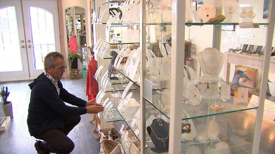 L'artisan Martin Boucher, alias Wazo, peut maintenant se permettre de garder sa boutique ouverte presque toute l'année.