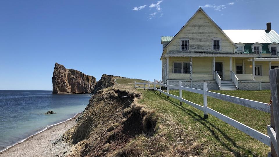 Le rocher Percé avec à droit une maison jaune