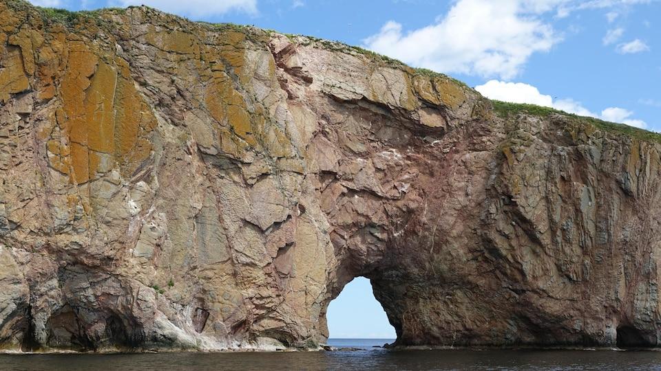 Le trou du rocher percé vu de près.