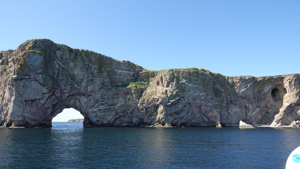 Le rocher percé vu de l'arrière, en bateau.