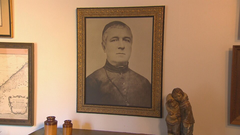 Portrait du Père Honorat affiché sur un mur de la résidence