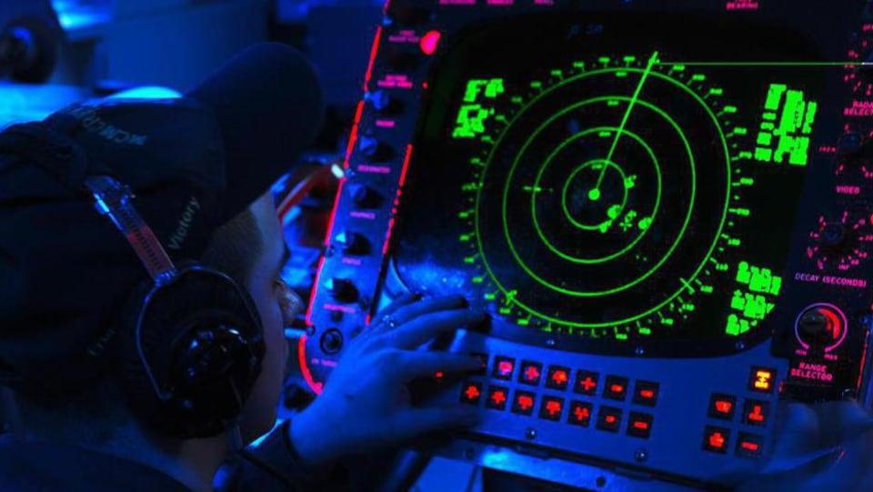 L'homme observe l'écran du radar