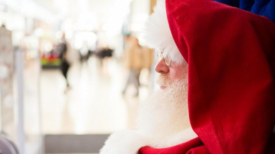 Le père Noël de profil en gros plan dans son traîneau