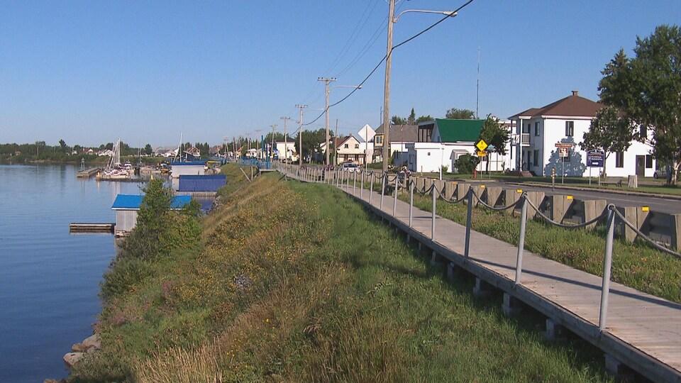 La municipalité de Péribonka se dresse sous un ciel bleu.