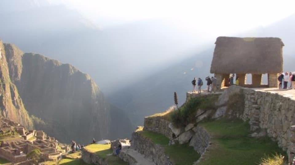 La cabane du gardien sur le site du Machu Pichu éclairée par le soleil levant.