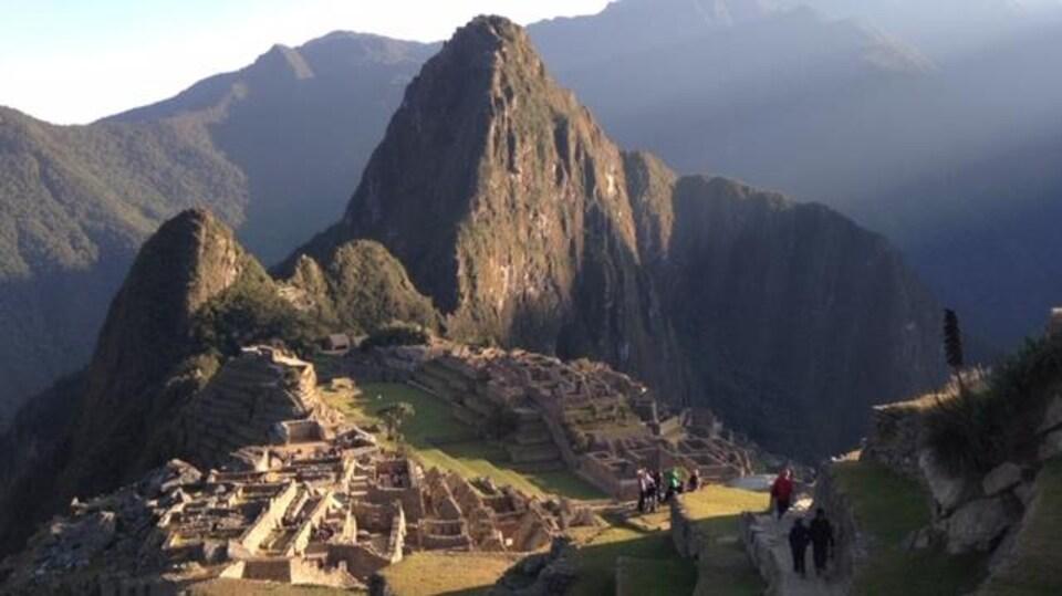 Le soleil qui se lève sur le Machu Picchu éclaire le site.