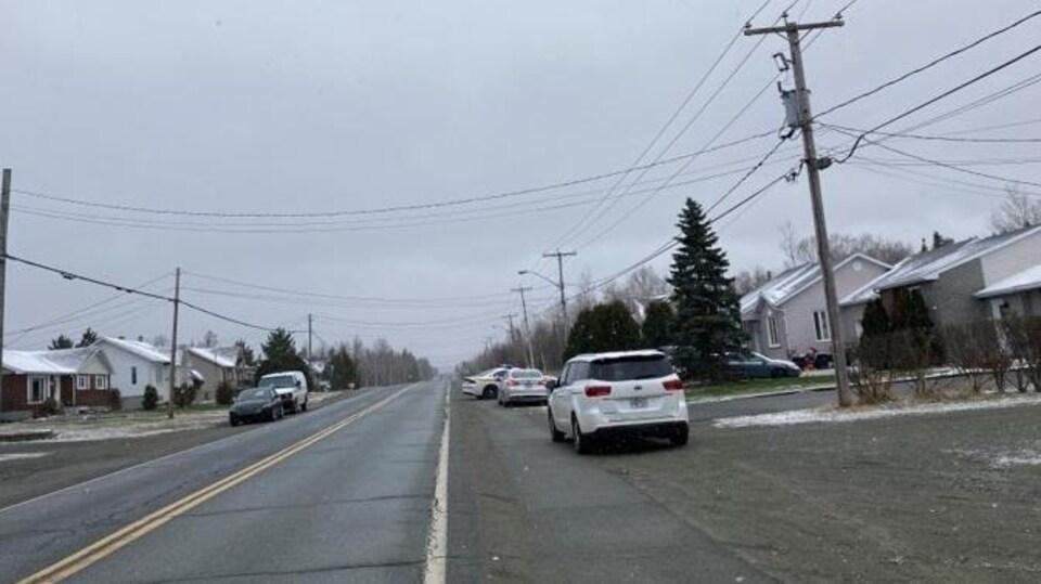 Des véhicules de la Sûreté du Québec sont stationnés dans le quartier Beaudry le 20 avril.