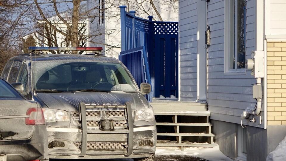Un véhicule de la Sûreté du Québec devant une résidence