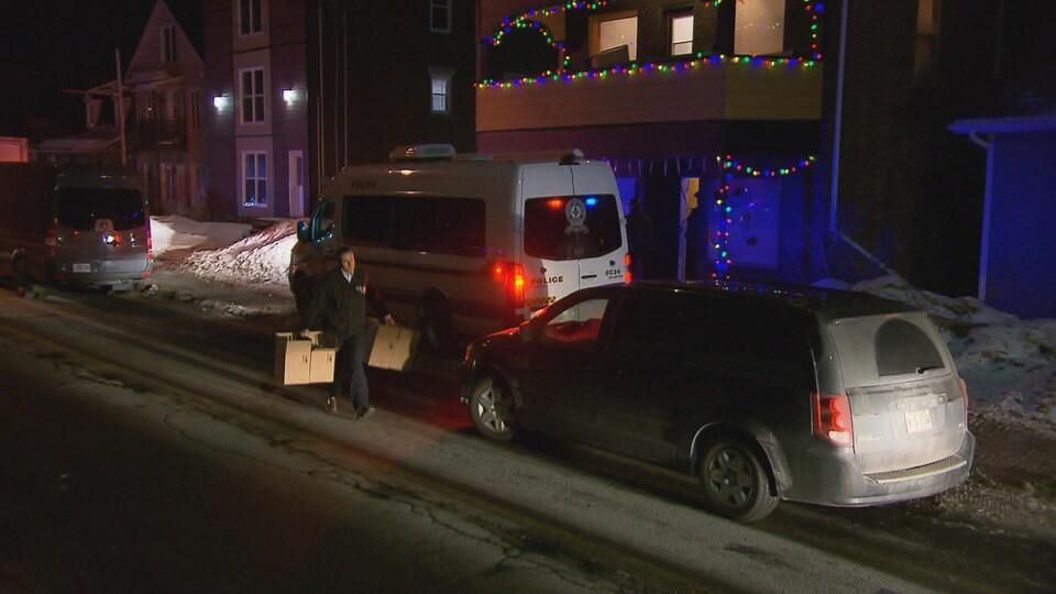 Une soixantaine de policiers de l'Escouade régionale mixte (ERM) de Québec ont pris part à l'opération.