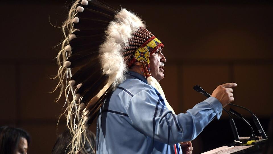 Le chef de l'Assemblée des Premières Nations, Perry Bellegarde, prend la parole à l'assemblée du 1er mai 2018.