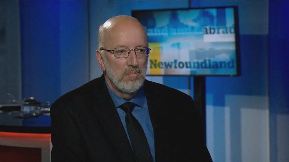 Perry Trimper dans les studios de télévision de CBC à Terre-Neuve-et-Labrador.