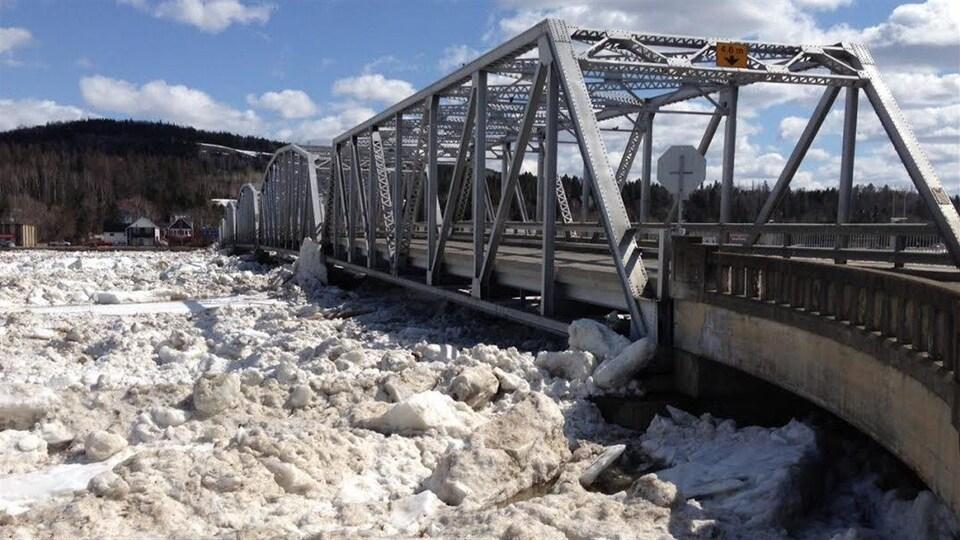 Un amas de glace devant un pont.