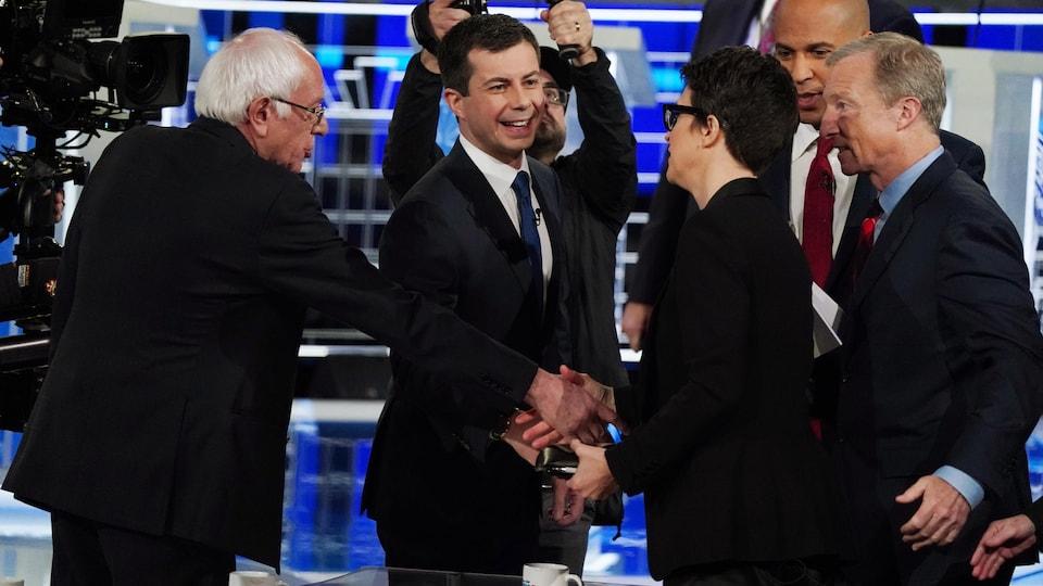 Les candidats Bernie Sanders, Pete Buttigieg, Cory Booker et Tom Steyer  remerciant la modératrice du débat, Rachel Maddow