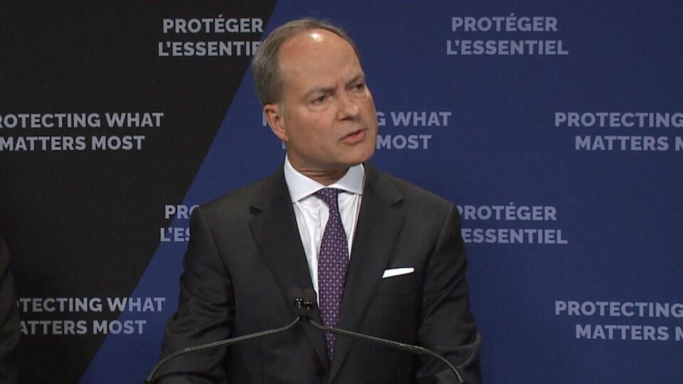 Un homme en conférence de presse