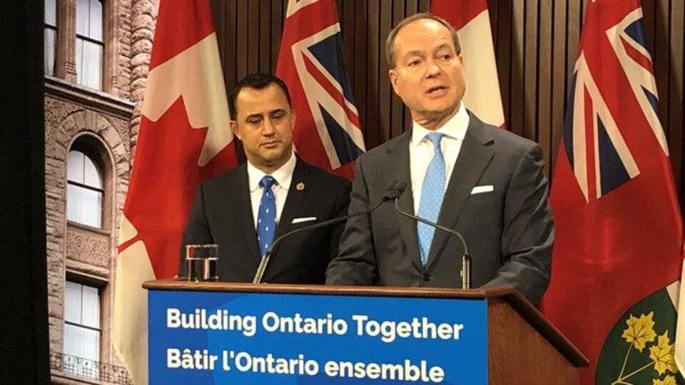 Le ministre parle devant un lutrin lors d'une conférence de presse à Queen's Park.