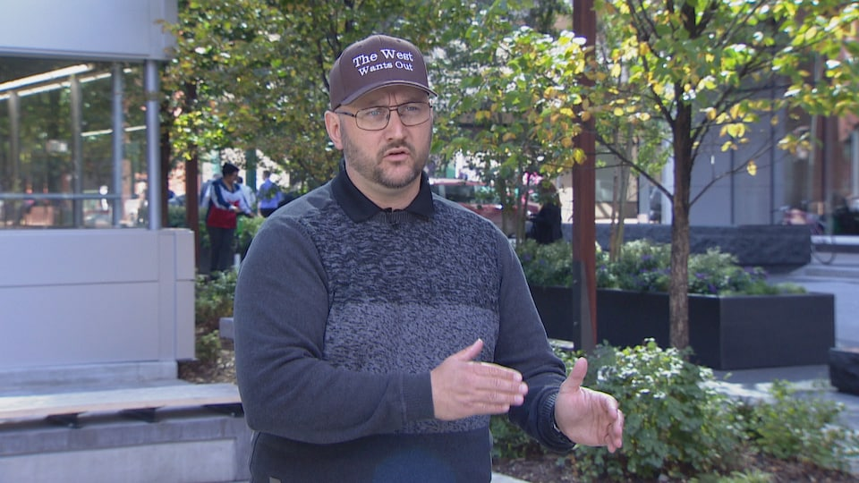 Peter Downing dans les rues d'Edmonton.