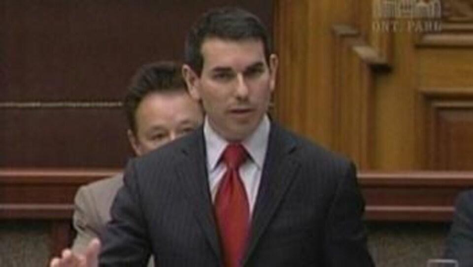 Une homme portant un veston et une cravate.