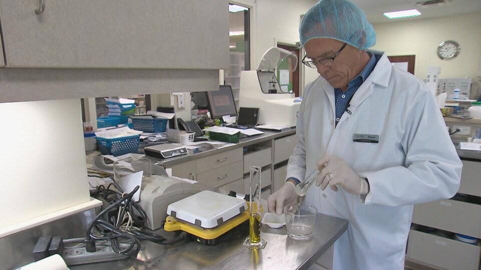 Le pharmacien Peter Ford dans son laboratoire.