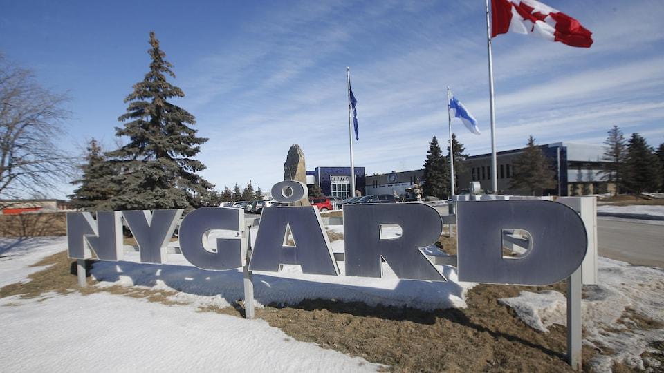 Le nom Nygard écrit en gros devant le siège de l'entreprise de Peter Nygard, à Winnipeg.