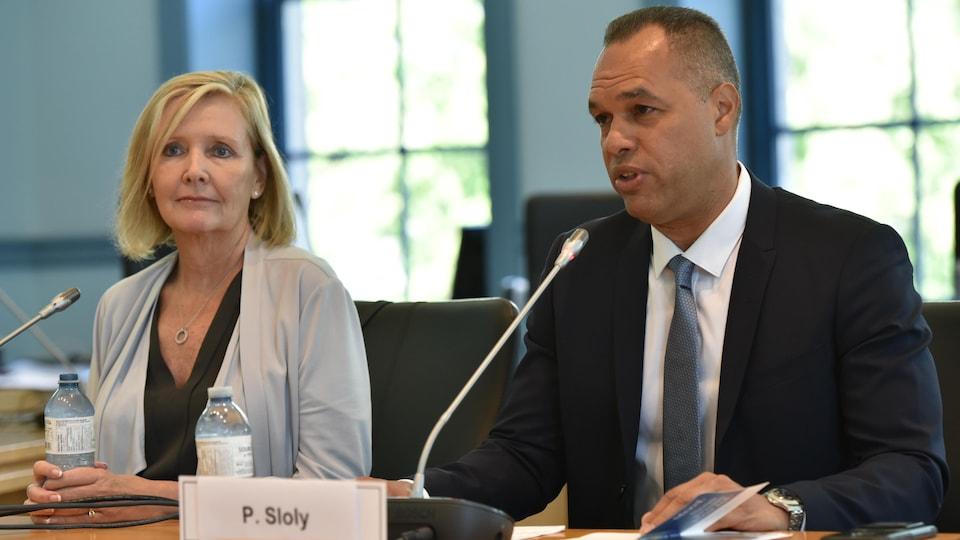 Peter Soly en conférence de presse accompagné de la conseillère municipale Diane Deans.