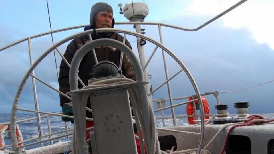 Le Néo-Zélandais Peter Smith aux commandes de son voilier, le Kiwi Roa.