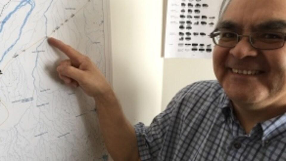 Peter Wesley, responsable de la route de glace Wetum Road montre une carte