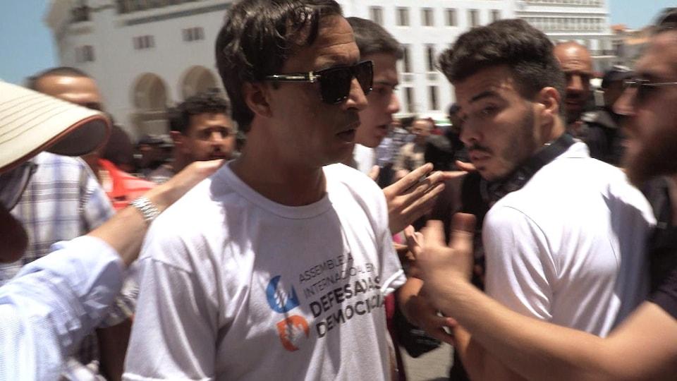 Tahar Bellabès entouré de manifestants.