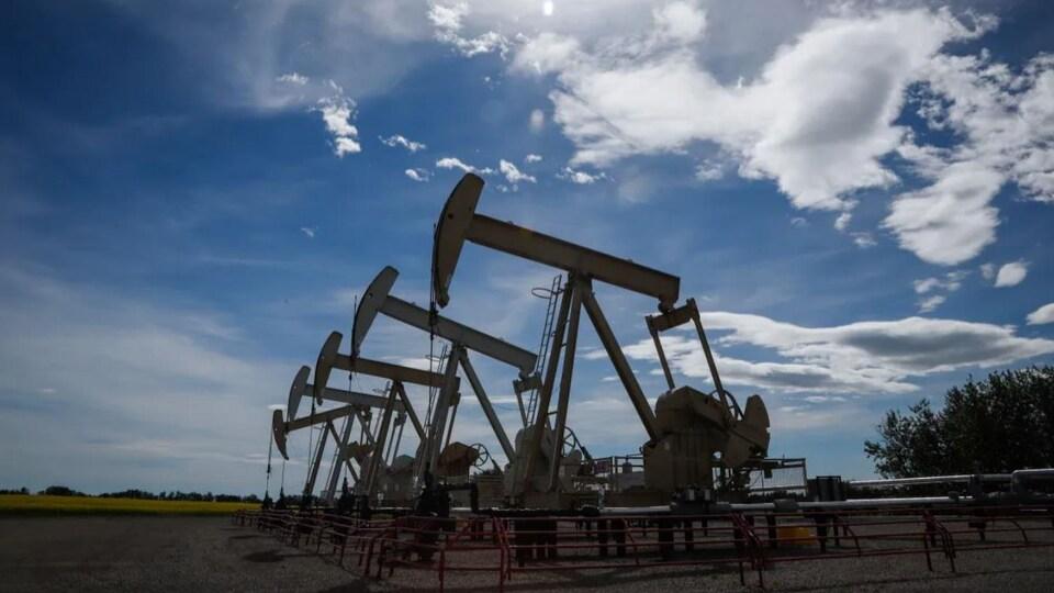 Des pompes extraient du pétrole du sol près d'Olds, en Alberta.