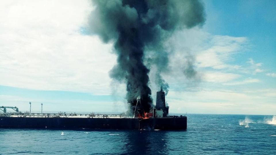 Le pétrolier en feu a été remorqué au large