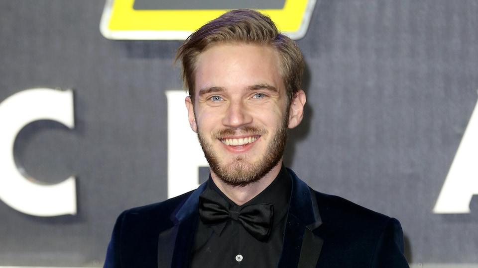 Le youtubeur PewDiePie, de son vrai nom Felix Kjellberg, prend la pose lors de la première du film «Star Wars : le réveil de la force», à Londres, en décembre 2015.