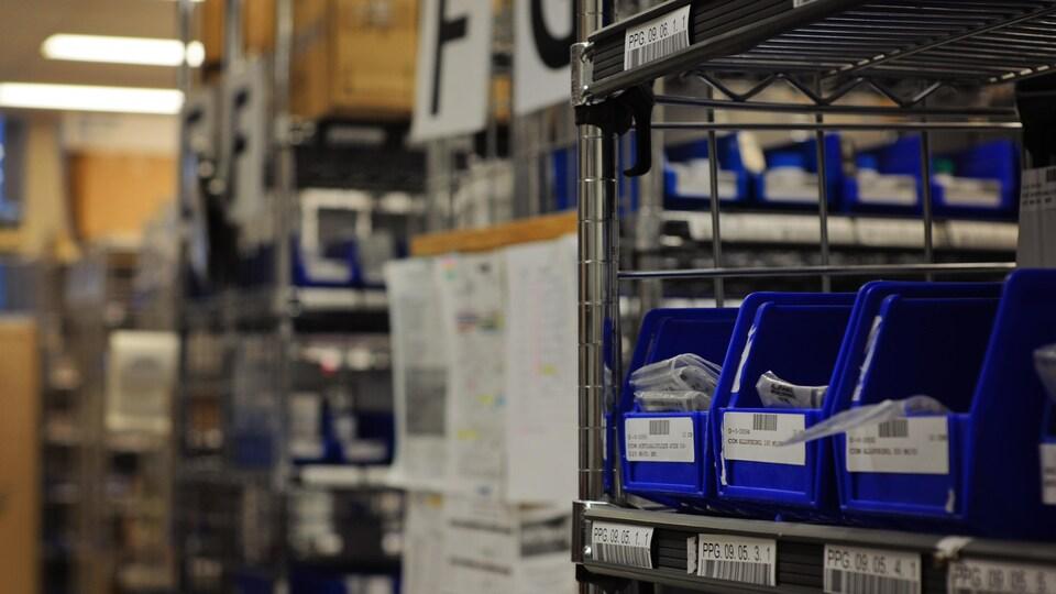 Il y a près de 2000 items à l'entrepôt pharmacie de l'Hôpital Fleurimont. Cet entrepôt occupe encore une partie du sous-sol de l'hôpital.