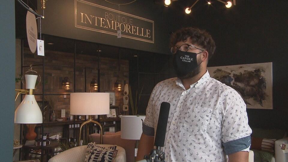 Patrick Gagnon en entrevue dans sa boutique.