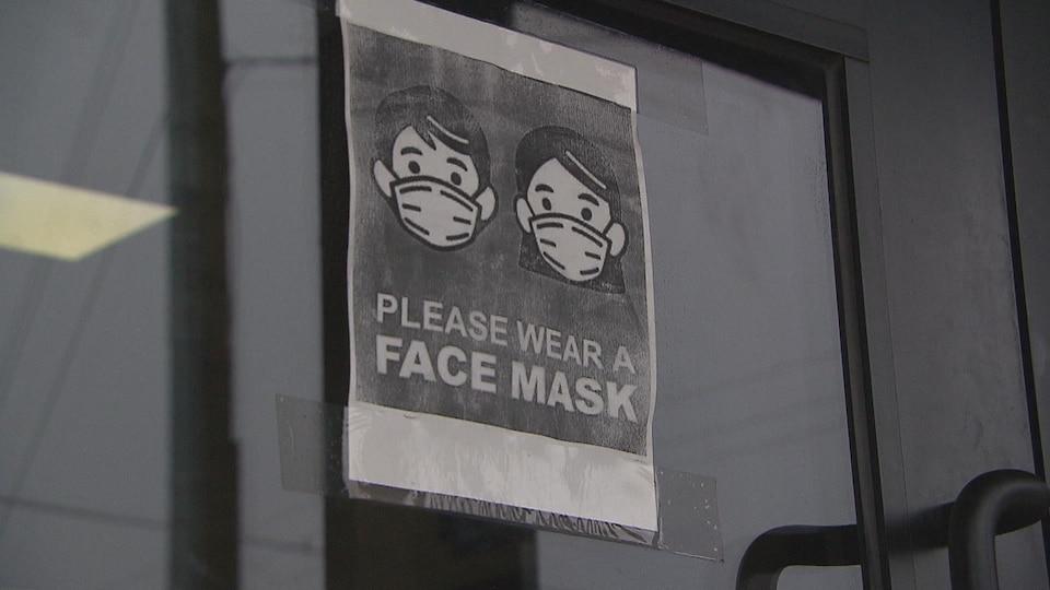 Une affiche à l'entrée d'un commerce.
