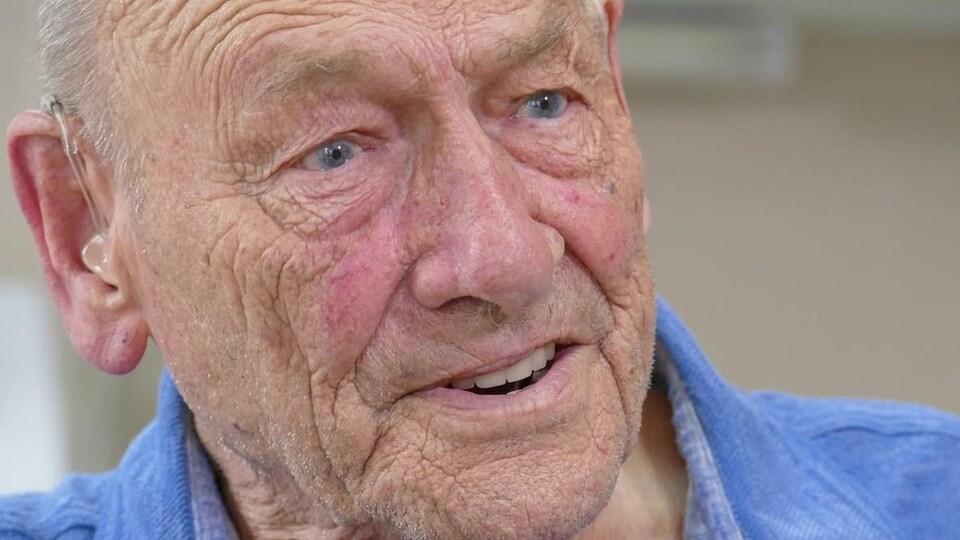 Un homme âgé en plan rapproché.