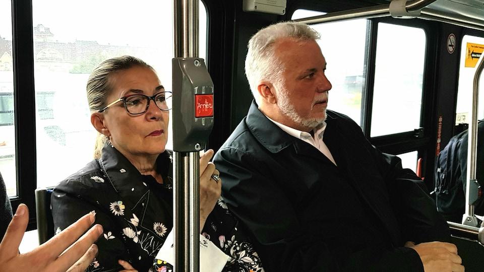 Dans un autobus, Philippe Couillard et sa conjointe.