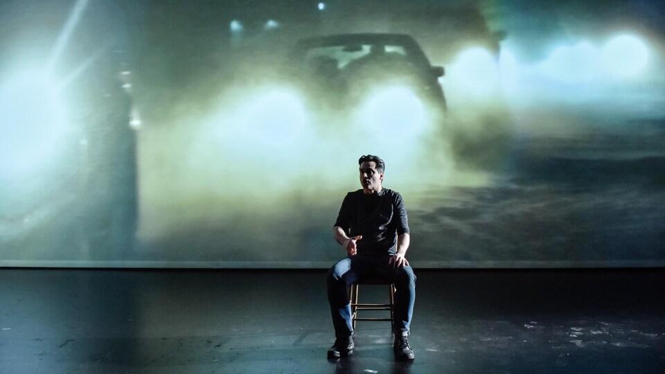 Philippe Ducros occupe la scène de La cartomancie du territoire avec Kathia Rock et Marco Collin. Il est aussi l'auteur et le metteur en scène de ce spectacle.
