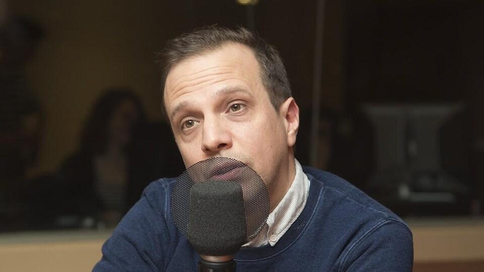 Philippe Lesage devant un micro.