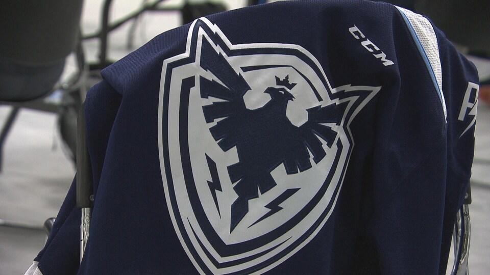 Un chandail de l'équipe de hockey du Phoenix de Sherbrooke.