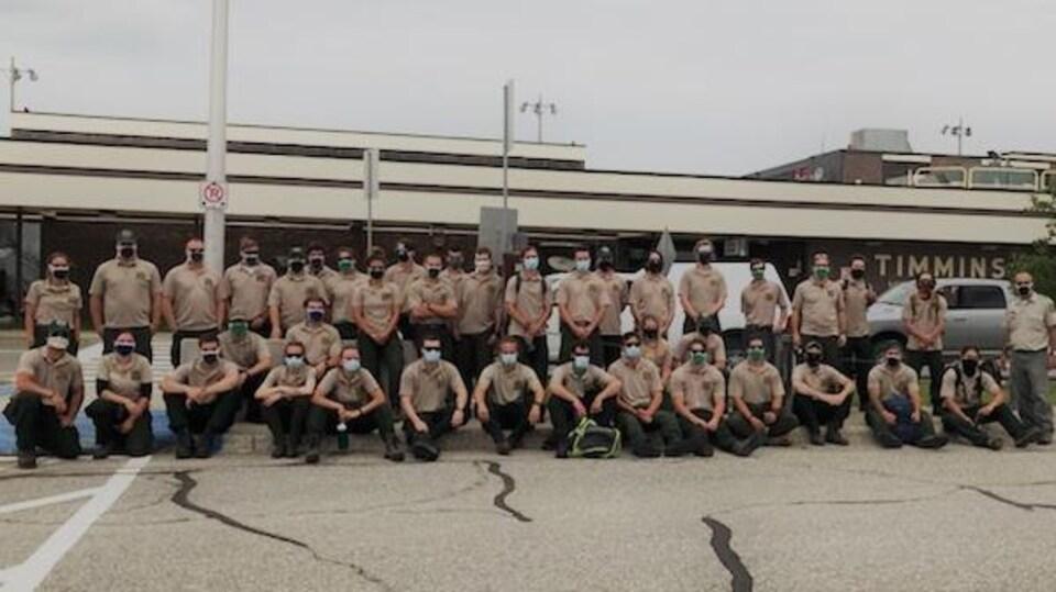 Un groupe de pompiers forestiers devant l'aéroport de Timmins.
