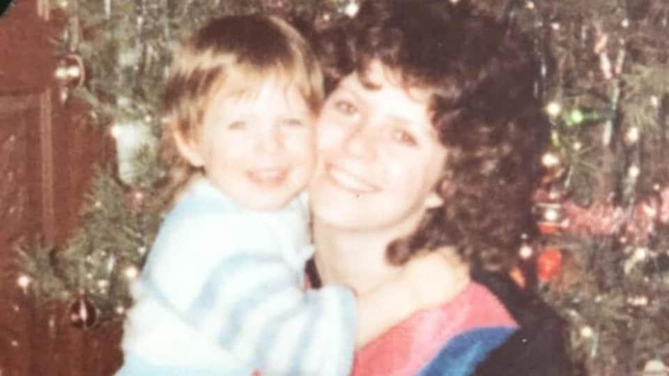 Jamie Woytiuk (à gauche) à l'âge d'environ 3 ou 4 ans, et sa mère Joanne (à droite)