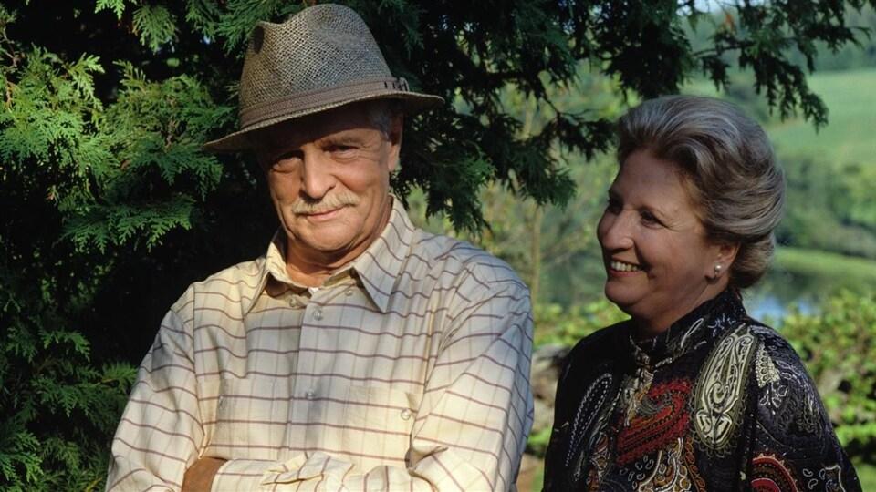 Benjamin Thompson (Gilles Pelletier) est en compagnie d'Adrienne Chevalier (Charlotte Boisjoli) dans «Sous un ciel variable» en 1991.