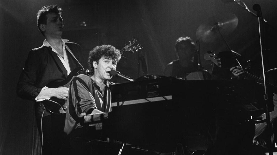 Robert Charlebois en 1984, sur la scène du Spectrum de Montréal.