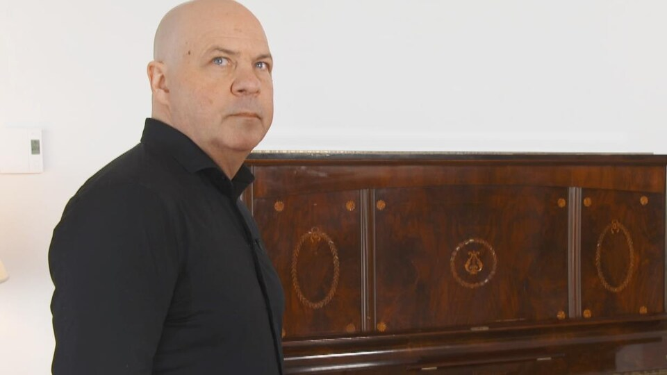 Serge Harel devant un piano