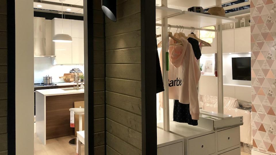 Pièces en démonstration du magasin IKEA de Québec. On aperçoit partiellement l'intérieur d'une cuisine et d'une chambre à coucher.