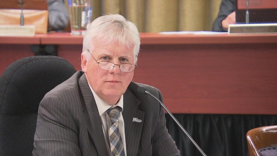 Pierre-David Tremblay au micro lors d'une séance du conseil municipal de La Tuque.