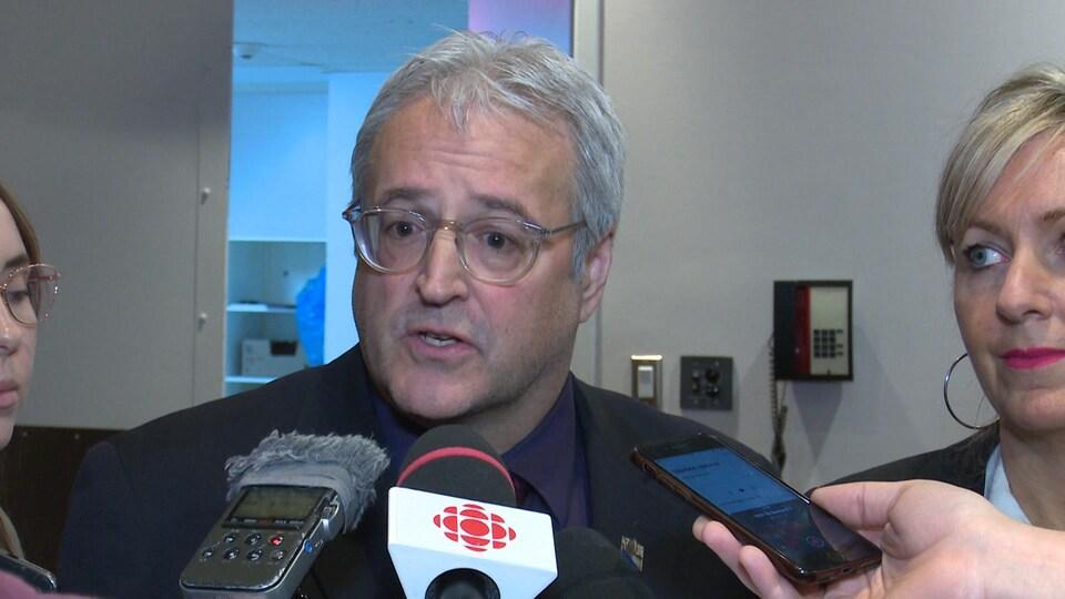 Pierre Dufour en mêlée de presse avec la ministre des Affaires municipales.
